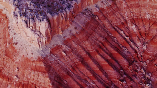 drohnen-schuss des kraters in grand staircase escalante national monument - grand staircase escalante national monument stock-videos und b-roll-filmmaterial