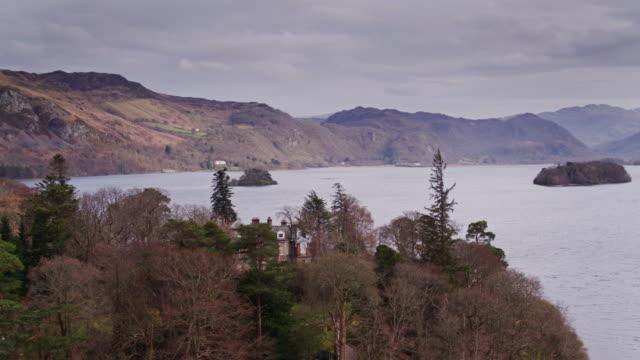 drone shot of derwent isle and derwent water - naturligt landmärke bildbanksvideor och videomaterial från bakom kulisserna