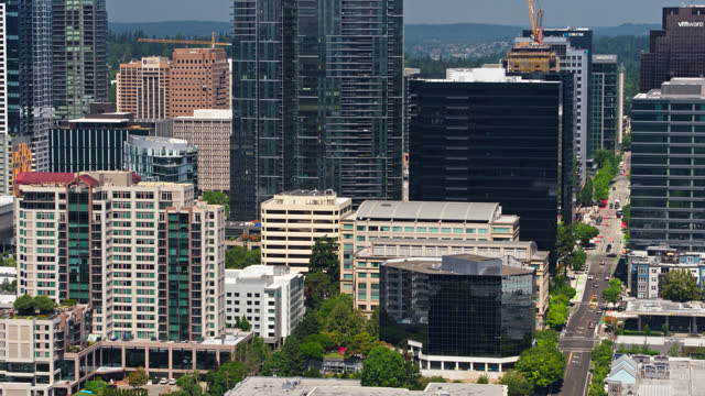 stockvideo's en b-roll-footage met drone shot of downtown bellevue, wa with upward tilt - sunny