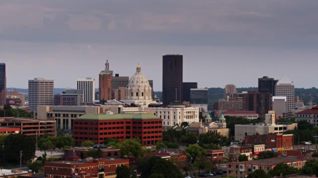 vidéos et rushes de drone shot du centre-ville de st paul et minnesota state capitol - minnesota