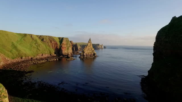 drone shot of dramatic sea stacks at duncansby head near john o' groats in scotland - schottisches hochland stock-videos und b-roll-filmmaterial