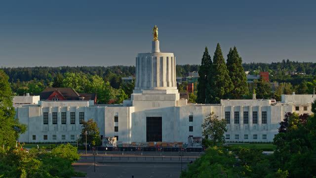 vídeos de stock e filmes b-roll de drone shot of facade of the oregon state capitol building - oregon estado dos eua
