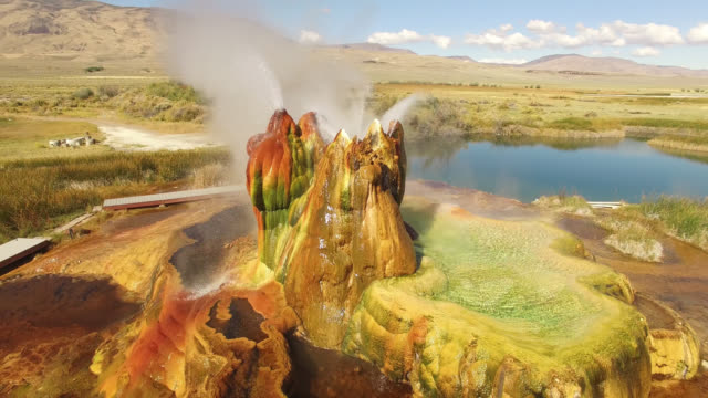 vídeos de stock e filmes b-roll de drone shot of fly geyser at black rock desert - géiser