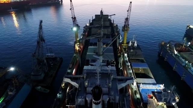 貨物船メンテナンスのドローンショット - 造船所の労働者点の映像素材/bロール