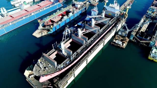 stockvideo's en b-roll-footage met drone shot van het vrachtschip onderhoud - droger