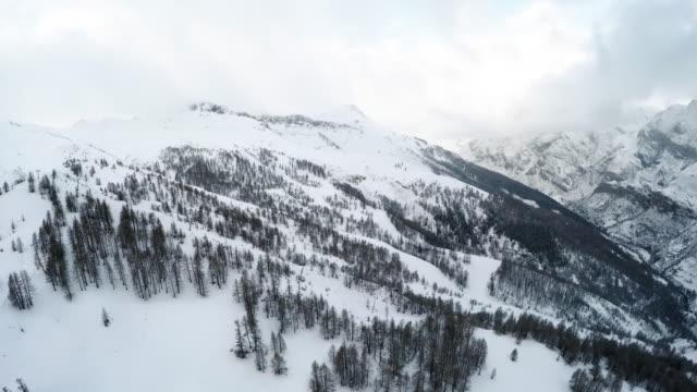 stockvideo's en b-roll-footage met drone shot of french alps 2 - verwonderingsdrang