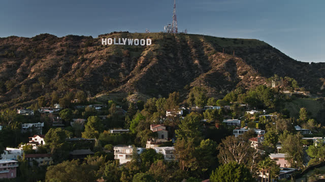 vídeos y material grabado en eventos de stock de drone shot of hollywood sign on mt lee above houses in the hollywood hills - hollywood california