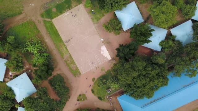 バスケット ボール コートの子供のショットをドローンします。 - ウガンダ点の映像素材/bロール