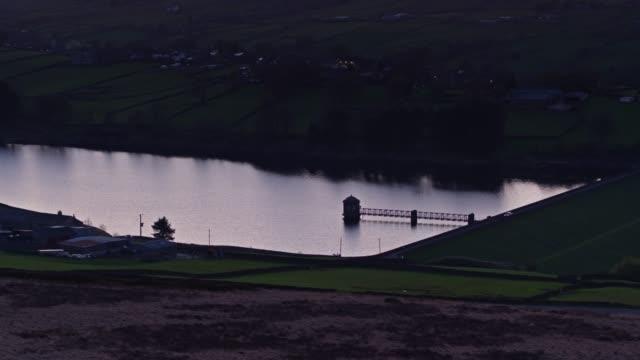 Drone schot van lagere Laithe Reservoir in de buurt van Haworth, West Yorkshire na zonsondergang