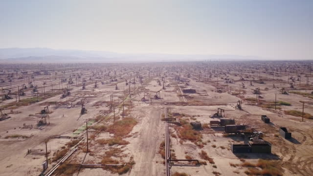 stockvideo's en b-roll-footage met drone shot of massive desert oil field - olie industrie