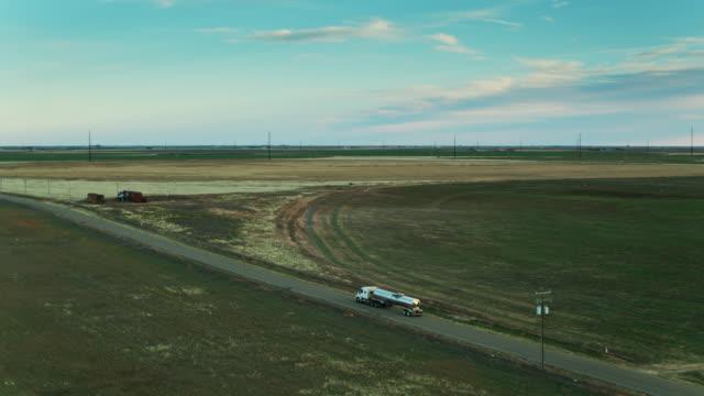 drone shot av mjölktankfartyg närmar dairy feedlot på kvällen - dairy product bildbanksvideor och videomaterial från bakom kulisserna