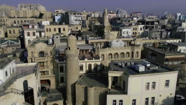 drone shot of minaret, muhammad mosque, baku - etwa 11. jahrhundert stock-videos und b-roll-filmmaterial