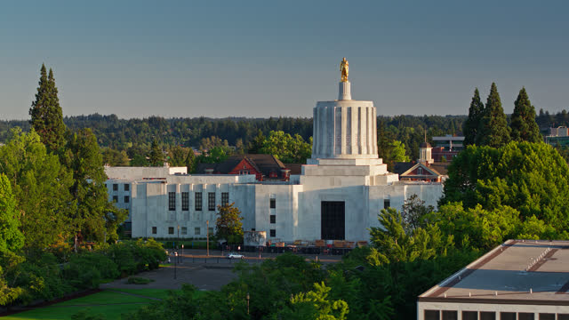 vídeos de stock e filmes b-roll de drone shot of oregon state capitol building at dusk - oregon estado dos eua