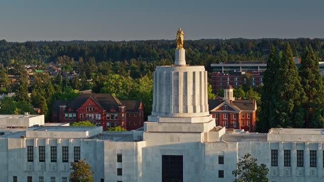 vídeos de stock e filmes b-roll de drone shot of oregon state capitol building flying towards gold pioneer statue - oregon estado dos eua