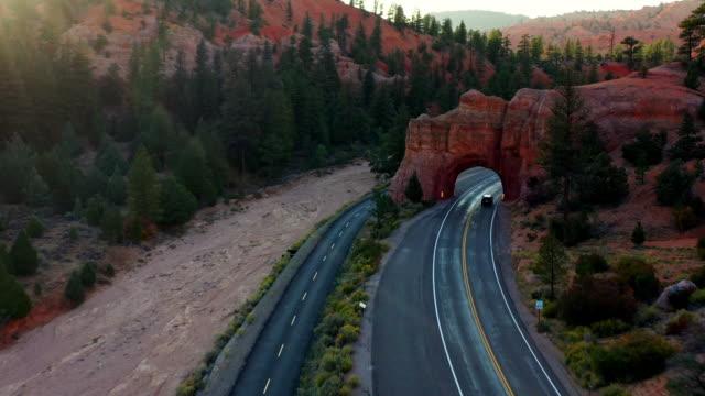 レッドキャニオンアーチ、ディキシー国有林、ユタ州のドローンショット - ブライス峡谷点の映像素材/bロール