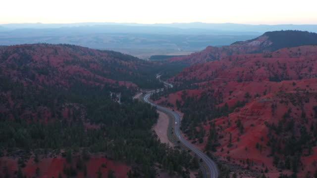 ユタ州ブライスキャニオンで赤い岩のドローンショット - ブライス峡谷点の映像素材/bロール