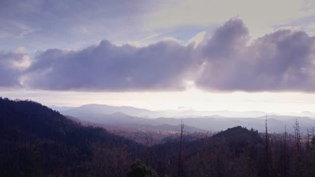 vidéos et rushes de tir de drone du paysage de la sierra nevada - parc national