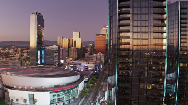 vídeos de stock e filmes b-roll de drone shot of south park buildings and staples center in downtown la at sunset - microsoft theater los angeles