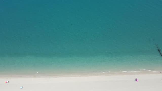 vidéos et rushes de prise de vue par drone de la plage de la mer méditerranée - mar