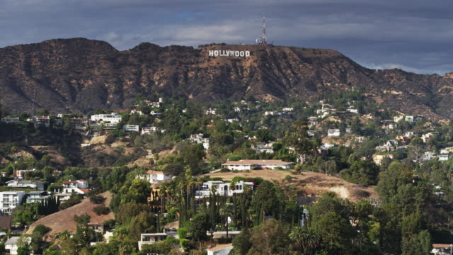 stockvideo's en b-roll-footage met drone shot of the hollywood hills with hollywood sign - hollywood california