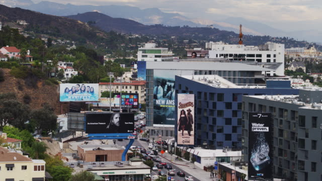 vídeos de stock, filmes e b-roll de drone shot of the sunset strip in west hollywood on a cloudy day - west hollywood