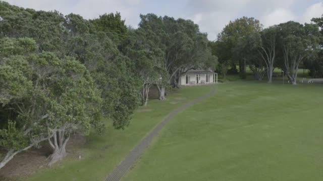 stockvideo's en b-roll-footage met drone shot of the treaty house in the waitangi treaty grounds - bay of islands nieuw zeeland