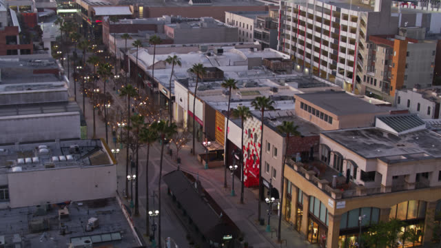 vídeos de stock e filmes b-roll de drone shot of third street promenade looking up to santa monica beach during covid-19 lockdown - santa monica