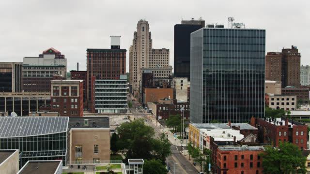drone skott av toledo, ohio tittar ner madison avenue - ohio bildbanksvideor och videomaterial från bakom kulisserna