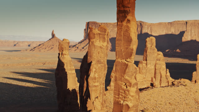 vídeos de stock e filmes b-roll de drone shot of totem pole and yei bi chei spires, monument valley - cultura navajo