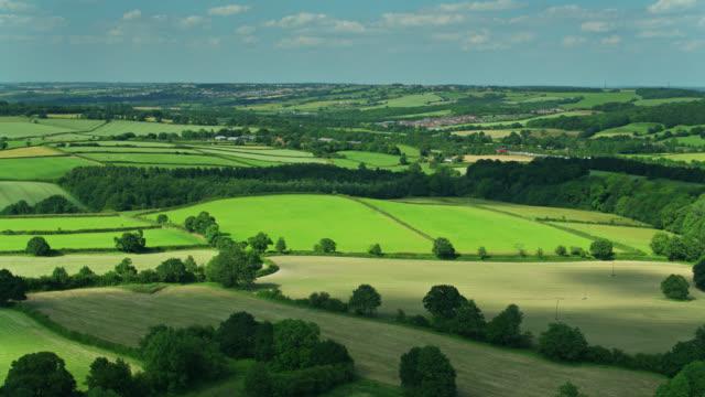 drohnenschuss von dörfern und farmland in derbyshire - derbyshire stock-videos und b-roll-filmmaterial