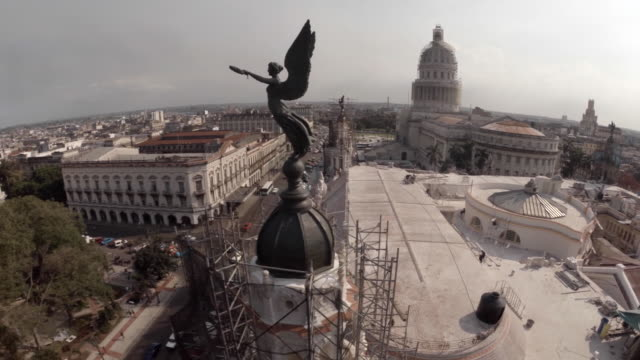 stockvideo's en b-roll-footage met drone shot over capitol building in havana cuba - cuba