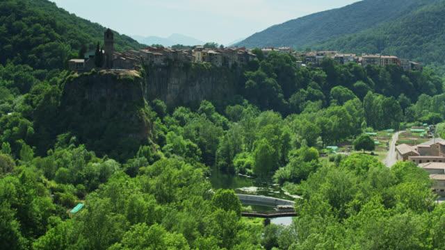 drone girato sul fiume vicino a castellfollit de la roca in estate - roca video stock e b–roll