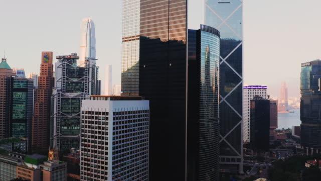 vidéos et rushes de drone shot: real time , 4k vue aérienne de hong kong à su, chine. - central district de hong kong