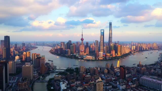 vídeos de stock, filmes e b-roll de drone shot: real time zi 4k vista aérea do horizonte de xangai ao pôr do sol, china. - mais zoom