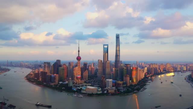 ドローンショット:中国の日没時の上海のスカイラインのリアルタイムzi 4k空中写真。 - 東方明珠塔点の映像素材/bロール