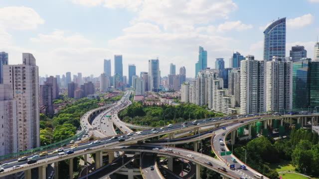 drone skott: realtid, moving up, 4k flygfoto över shanghai skyline vid solnedgången, kina. - china east asia bildbanksvideor och videomaterial från bakom kulisserna