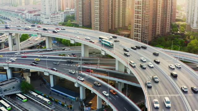 vidéos et rushes de drone shot: rt 4k aerial view of nanpu bridge at dusk, shanghai,china. - échangeur