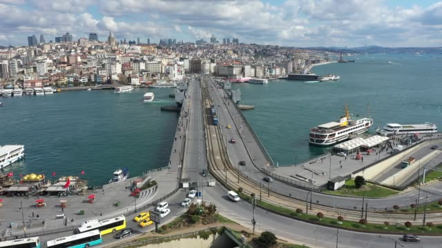 drone shot shows the almost empty streets, squares, and historical sites of istanbul on march 18, 2020. a city of over 15 million residents - more... - svezia video stock e b–roll