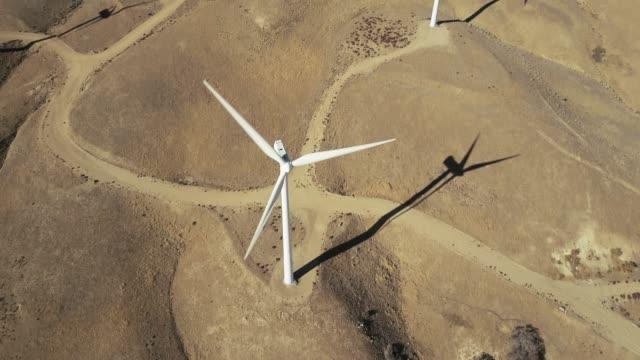 drone schuss nach unten geneigt über windturbine - windenergie stock-videos und b-roll-filmmaterial