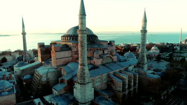 vidéos et rushes de photos de drones de sainte-sophie et de la mosquée bleue de sultanahmet au lever du soleil à istanbul - istanbul
