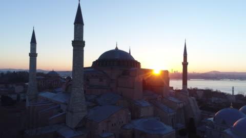 stockvideo's en b-roll-footage met drone shots van istanbul hagia sophia museum en blauwe moskee bij zonsopgang - unesco world heritage site
