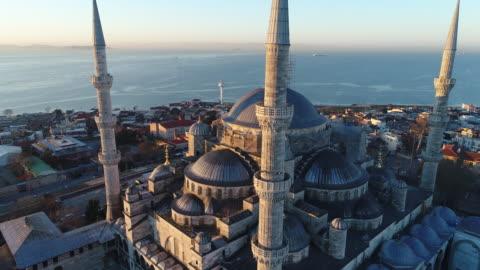 日の出のイスタンブールアヤソフィア博物館とブルーモスクのドローンショット - スルタンアフメト・モスク点の映像素材/bロール