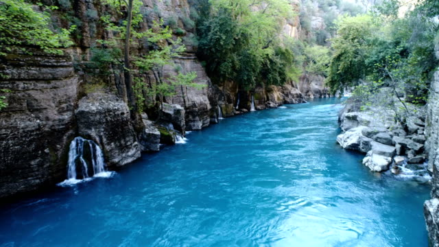 vídeos de stock, filmes e b-roll de tiros zangões de koprulu canyon river rafting-antalya - turquia