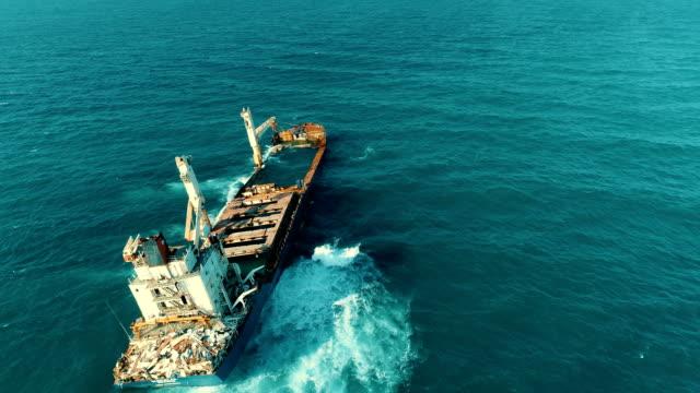 沈没船のドローンショット, 立ち往生船, 古い錆びた船, 燃えた船, 放棄された船, 難破船 - 沈没する点の映像素材/bロール