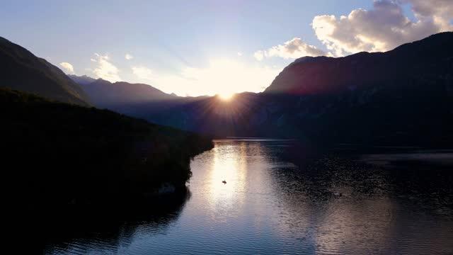 4k drone shots of stunning view of lake bohinj in slovenia - dramatiskt landskap bildbanksvideor och videomaterial från bakom kulisserna