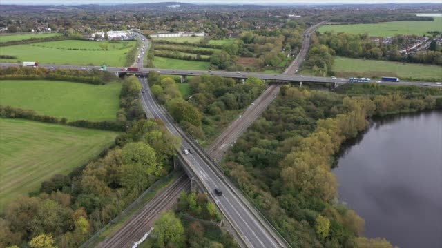 vídeos y material grabado en eventos de stock de drone shots show the scene on the a40 near oxford where a four-year-old girl, a six-year-old boy, an eight-year-old girl and a 29-year-old woman from... - heavy goods vehicle