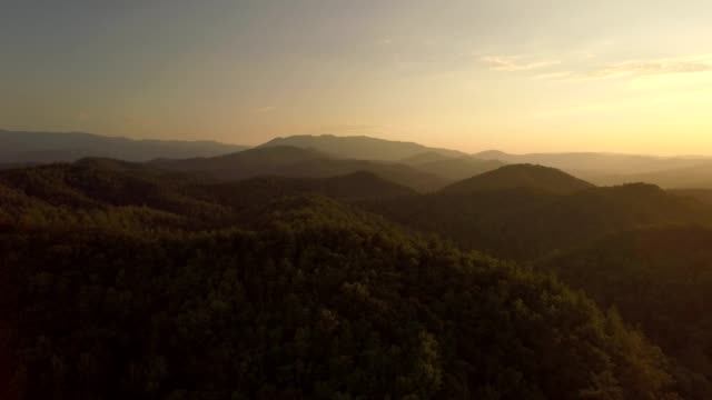 vídeos de stock e filmes b-roll de drone - sunrise/sunset flight towards distant smoky mountain range - tennessee