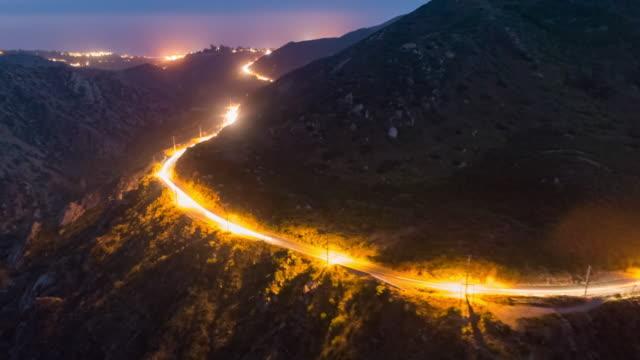 drone timelapse hyper-lapse of traffic on malibu canyon road - motorisierte zeitrafferaufnahmen stock-videos und b-roll-filmmaterial