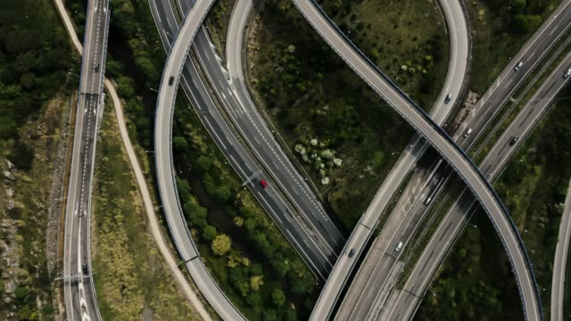 vídeos de stock e filmes b-roll de drone top view of highway junction interchange. - admirar a vista