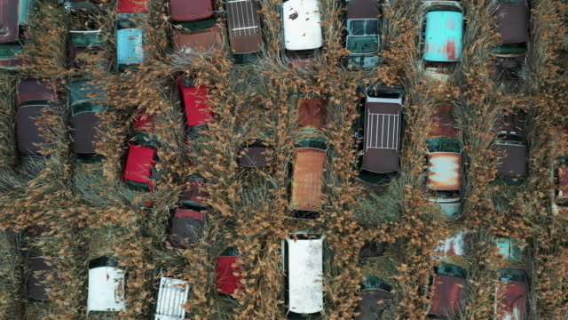 drone tracking shot directly above a varity of abandoned cars, utah, united states of america - automobilindustrie stock-videos und b-roll-filmmaterial